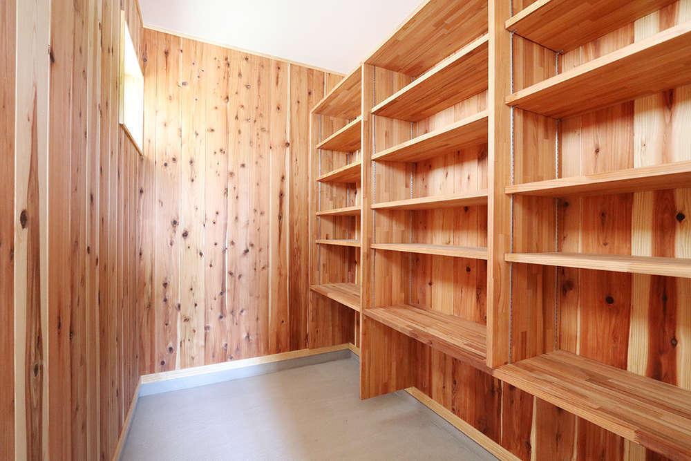 収納するものに合わせた可動棚と、土間の収納空間