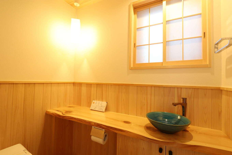 トイレの桧の一枚板は、材木屋さんで数百枚の中から見つけ出した一期一会の出会い
