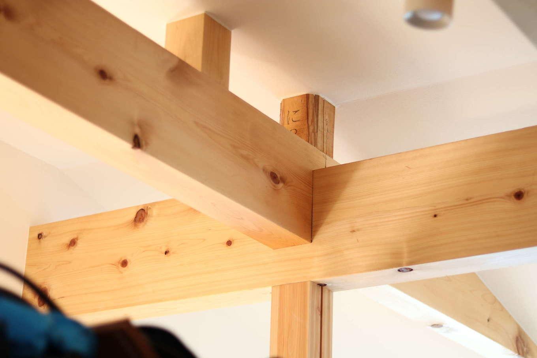 おじいさまからいただいた角材は、小屋束の木組みにも使用。家族をさりげなく見守ってくれている