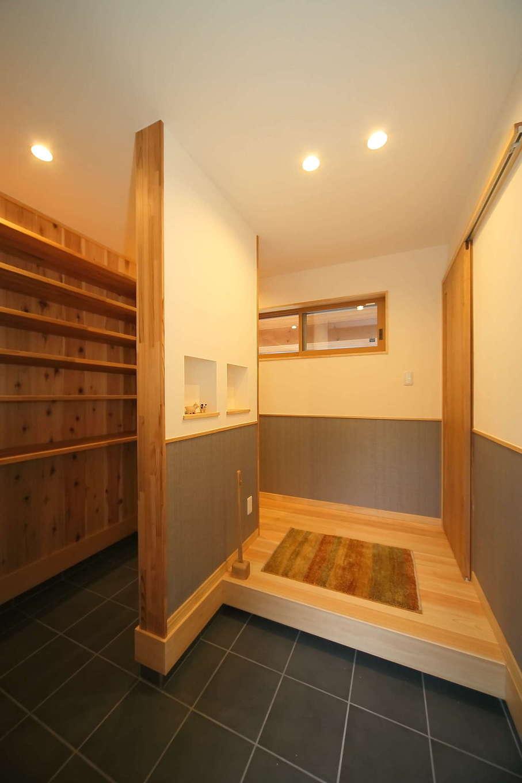 エコフィールド【子育て、自然素材、間取り】家族用と来客用に別れた玄関。家族用玄関には造り付けの収納棚を用意