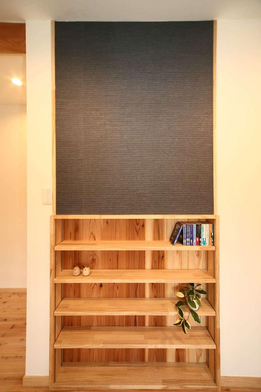 エコフィールド【子育て、自然素材、間取り】壁の厚みを上手に利用した壁面本棚