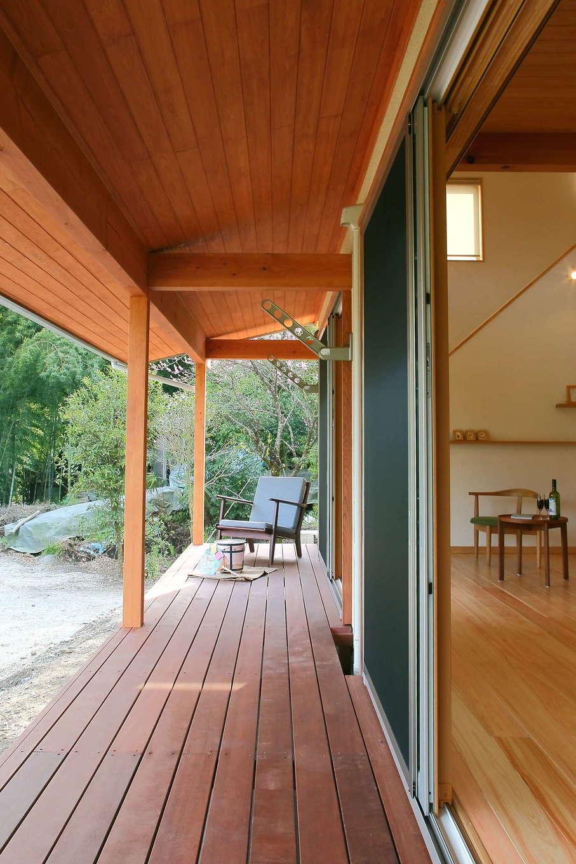 エコフィールド【子育て、自然素材、間取り】屋内と屋外をつなぐ深い軒とウッドデッキが作り出す心地よい空間