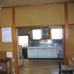 和室とキッチンの間にある壁と襖を取って大空間のLDKに変身させた