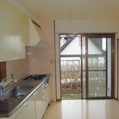 壁付けの台所が備え付けられたキッチン
