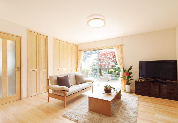 エコフィールド|夏のベタつきが少なく、冬も暖かい国産無垢の床材を使ったリビング。壁と天井は調湿・消臭効果のあるホタテパウダー