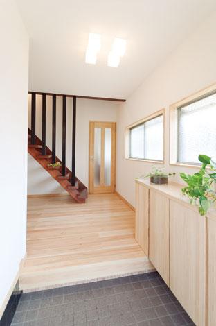 エコフィールド|エコフィールドでは、玄関も標準仕様でヒノキの無垢床材とホタテパウダーを採用。玄関ドアは光が入るものを選び、明るい空間になった