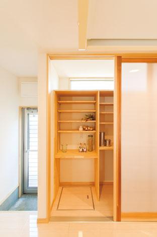 エコフィールド|キッチンの背面は天井まで届く大容量の収納にし、採光を考えたハイサイドライトを設けている