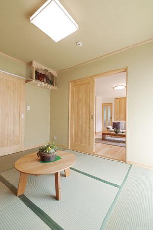エコフィールド|二間あった和室の一つは、床の間、床柱はそのまま活かしてリフォーム。淡いグリーンの珪藻土の塗り壁がすがすがしい