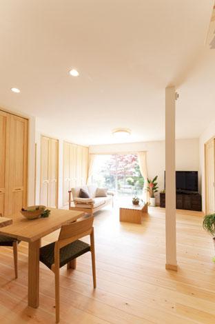 エコフィールド|リビングの掃き出し窓を大きく設け、ダイニングキッチンまで明るい光が差し込む