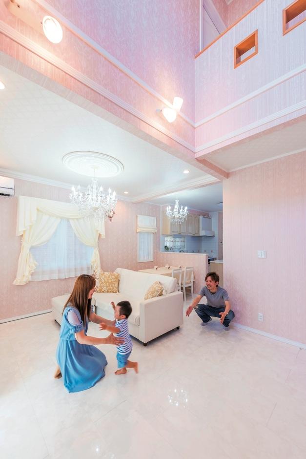 真っ白な床とピンクのクロスに合わせ、家具も白で統一。シャビーなカラーが大人カワイイ空間を演出している