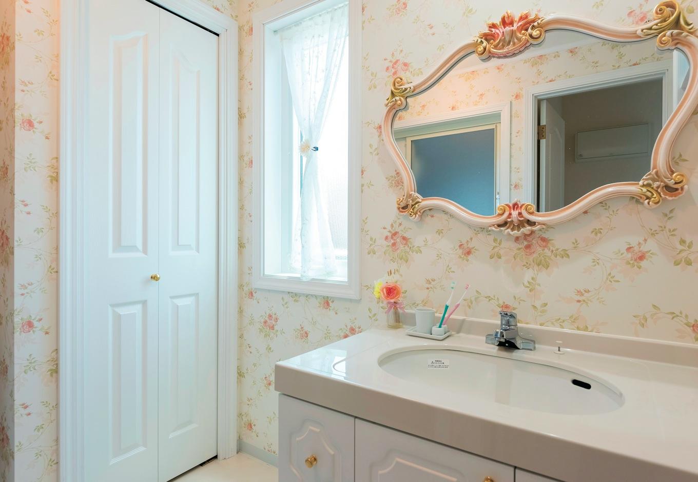 鏡、クロス、カーテン…白×ピンクでコーディネートされた、かわいらしいサニタリー