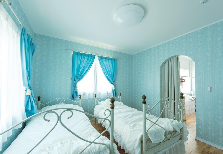 主寝室はブルーのクロスをチョイス。柄は同じなので、他の空間と統一感がある。収納力抜群のウォークインクローゼットがあるから、スッキリ保てる