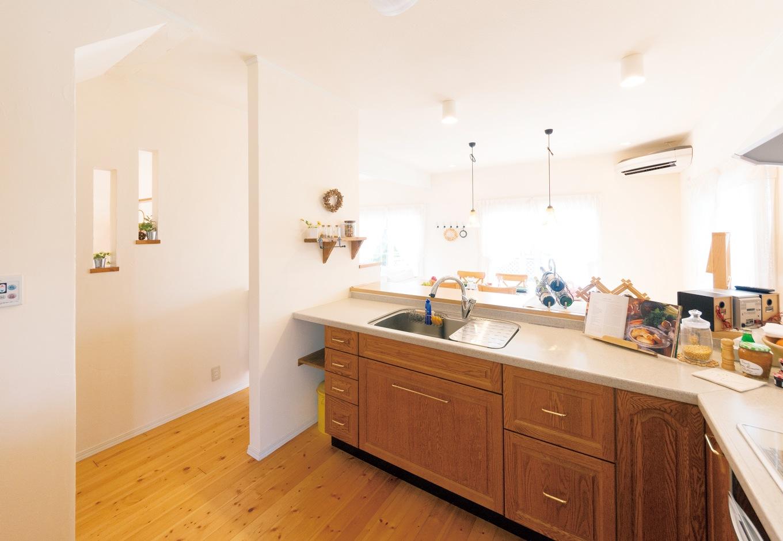 木目が美しいキッチンからはLDKを見渡せるよう設計されている