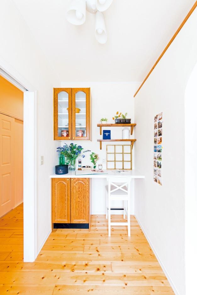 キッチンの一角に多目的に使えるユーティリティスペースを設置。造り付けのカウンターは、ちょっ とした書きものや読書をしたり、子どもが宿題をするときなどに便利に使える