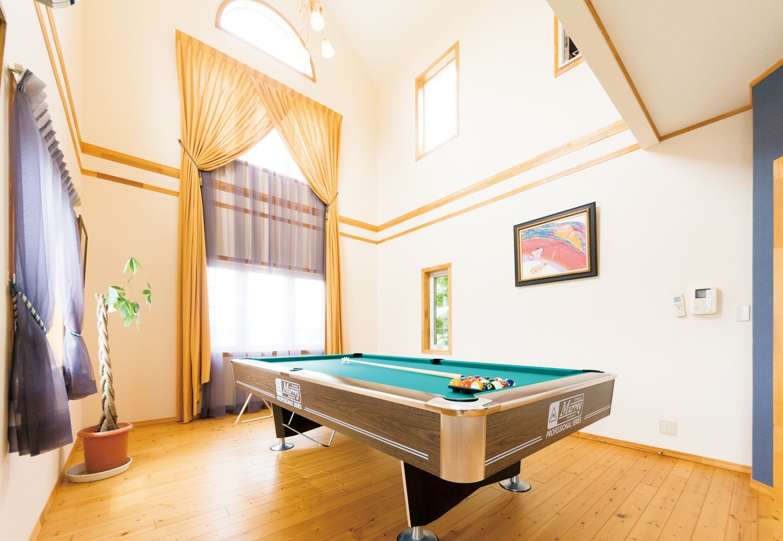 """吹き抜けのある部屋をビリヤードルームとして提案。家族や友人と遊べる空間があるのは、海外ではごくごく普通。こういった""""遊び心""""を感じさせる間があるのは輸入住宅ならでは"""