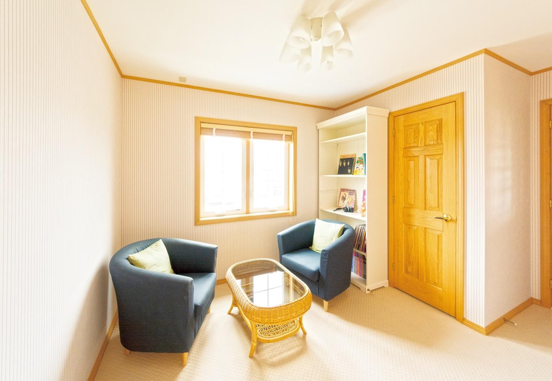 総2階のカナダ住宅は、2階も1階と同じ面積があり、空間を広々と使えるのが特徴。そのメリットを活かし、階段を上がってすぐのスペースをファミリーコーナーとして提案