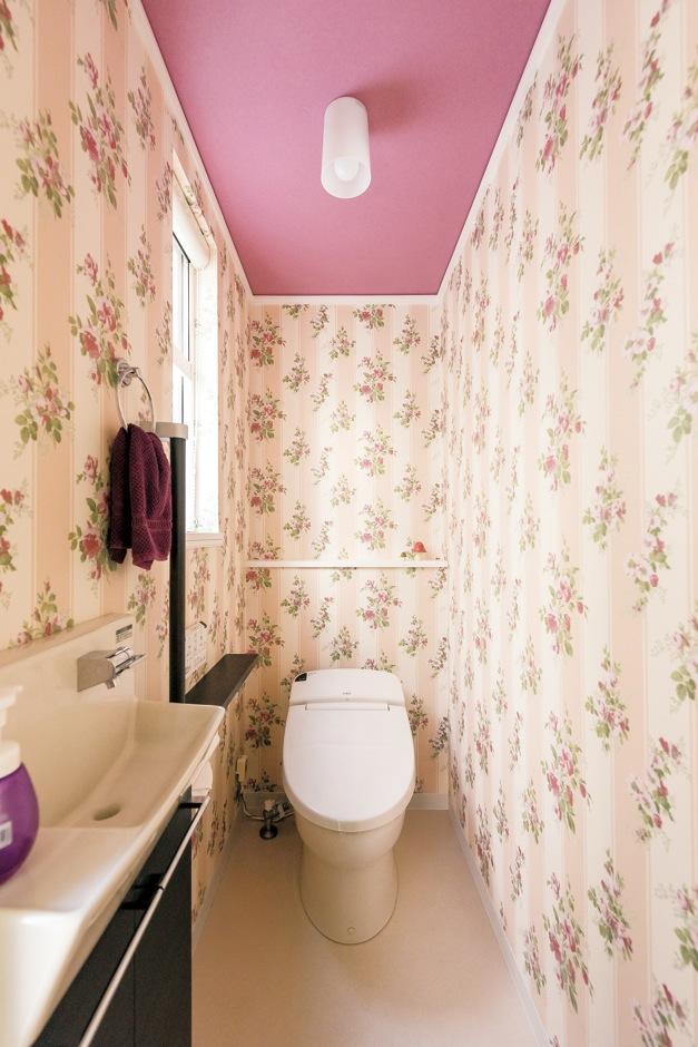 セルコホーム三島 西田工務店【デザイン住宅、輸入住宅、省エネ】輸入住宅らしさあふれるクロスが素敵なトイレ