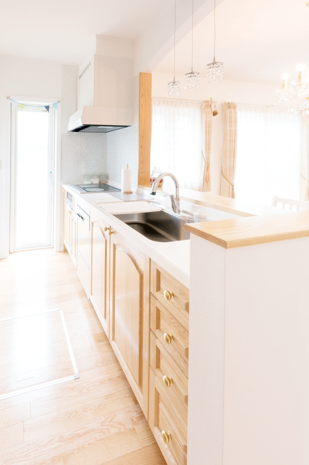 オークの無垢材を使用した『セルコホーム』オリジナルキッチン。時が経つほどに味わいが増す