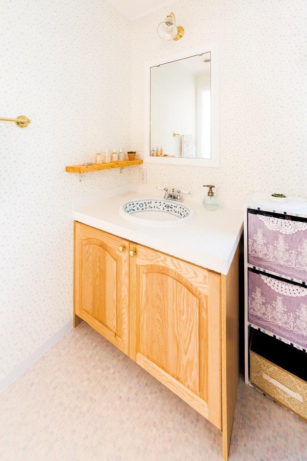 洗面ボウルは輸入モノにこだわって用意。『セルコホーム』オリジナルの無垢の洗面台との相性抜群だ