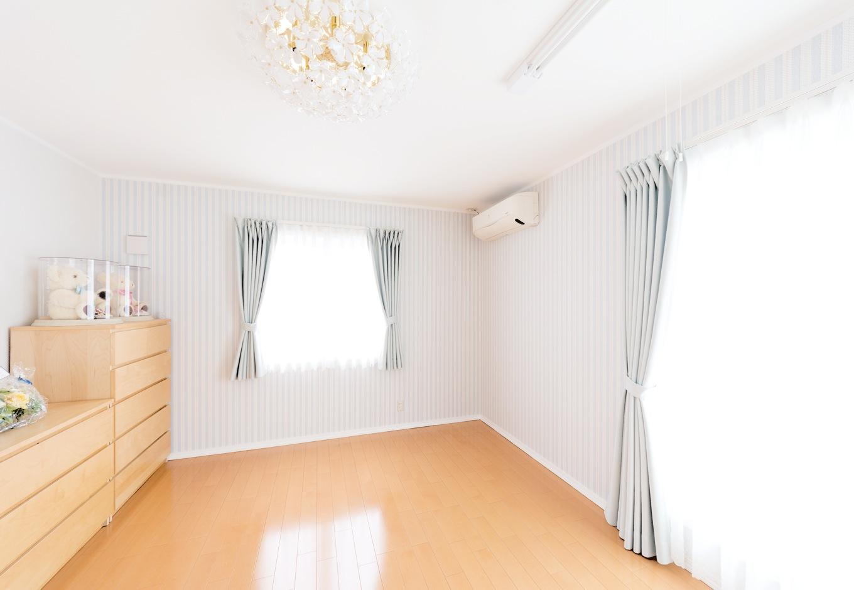 パウダーブルーでコーディネートした主寝室。爽やかでかわいらしい
