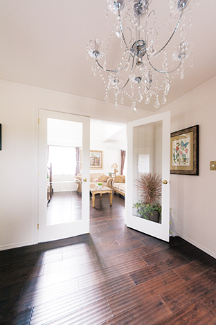 セルコホーム三島 西田工務店【デザイン住宅、輸入住宅、インテリア】玄関からリビングへ。ガラス張りの両開きのドアと煌めきが美しいシャンデリアが、輸入住宅らしい雰囲気を演出