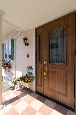 セルコホーム三島 西田工務店【デザイン住宅、子育て、輸入住宅】重厚感のあるドアがプロヴァンス風の外観に溶け込む
