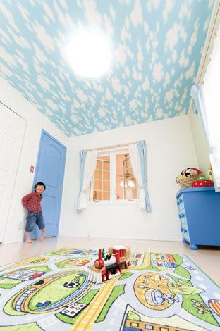 セルコホーム三島 西田工務店【デザイン住宅、子育て、輸入住宅】天井の青空と扉の青がポイントになった子供部屋