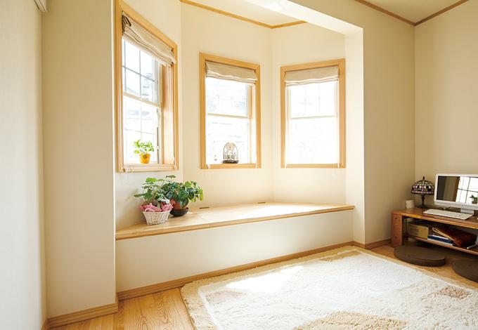 セルコホーム三島 西田工務店【デザイン住宅、輸入住宅、二世帯住宅】2階と同じ形の1階張り出し窓。ベンチの下は収納