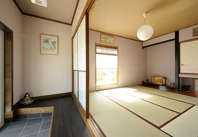 たたき、雪見障子、窓の外の日本庭園など和室も本格的