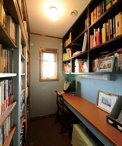 本棚は高さ可変で、使い勝手もいい。テーブルには皮が張られた
