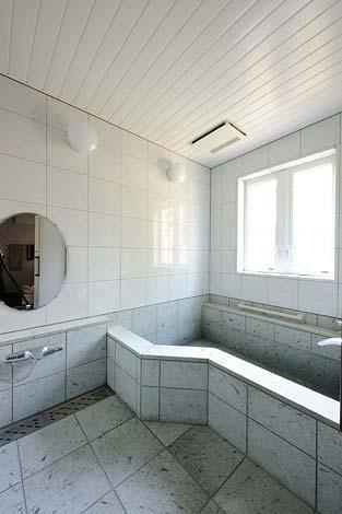 温泉を引いた浴室には十和田石を使用。湯を張ると美しい緑色に