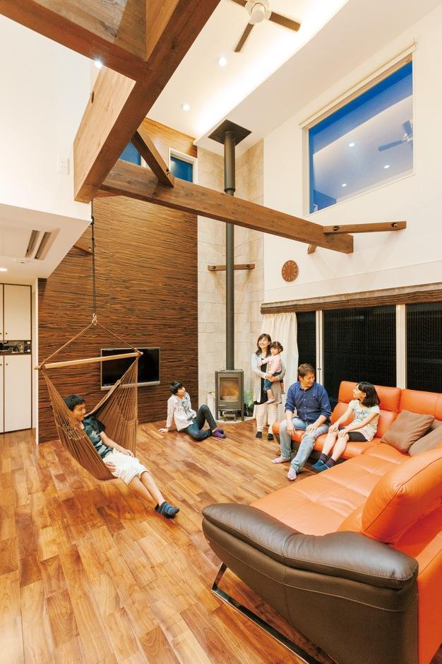 吹き抜けのある空間に家族が集う洗練された無垢の家