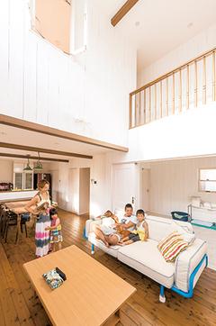 無垢の白い壁が家族を包む ビーチサイドが似合う家