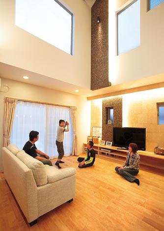 家族の休日を豊かにする8mの吹き抜けと大きな蔵のある家