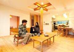 家族らしさと安心を 大きな屋根が抱く家