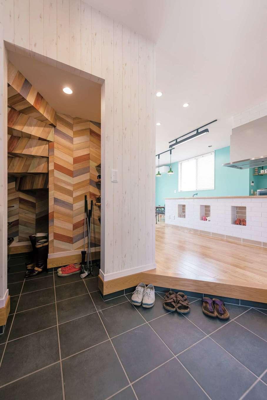 ラインホーム  住勢【趣味、夫婦で暮らす、ガレージ】玄関を開くとすぐにLDKが。階段下を利用した収納が便利