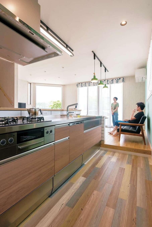 ラインホーム  住勢【趣味、夫婦で暮らす、ガレージ】ダイニングテーブルの高さとキッチンの高さを揃えるため、キッチンの床を一段低くした