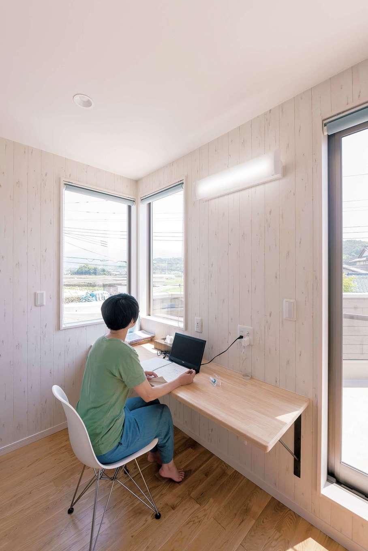 ラインホーム  住勢【趣味、夫婦で暮らす、ガレージ】2階にある奥さまのワーキングスペース。いい景色を見ながら仕事ができる。USBコンセントも設えている