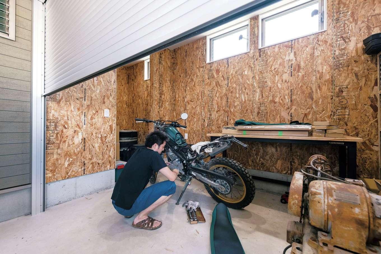 ラインホーム  住勢【趣味、夫婦で暮らす、ガレージ】玄関ホールから直接往き来できるビルトインガレージの奥には、インナーガレージも。2つのガレージを組み込んだのは、ご主人が趣味のバイクに没頭できるように