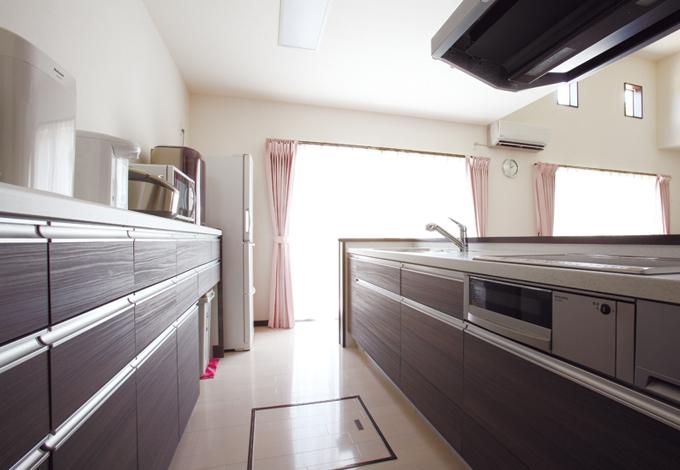 抜群の収納力と広い作業スペースが自慢のキッチン