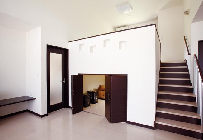 リビング収納は6畳の大空間。急なお客様でも荷物をサッと片付けられる