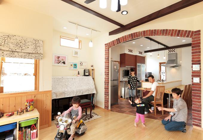 ラインホーム  住勢【子育て、収納力、二世帯住宅】梁を出すために天井を少し高く。パイン材は節目のあるなしで床と腰板を使い分けた