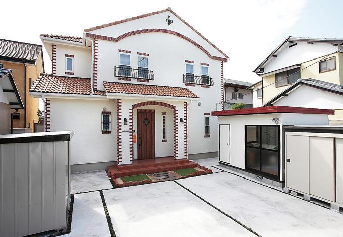 ラインホーム  住勢【子育て、収納力、二世帯住宅】白い塗り壁にレンガ調のタイルがアクセント