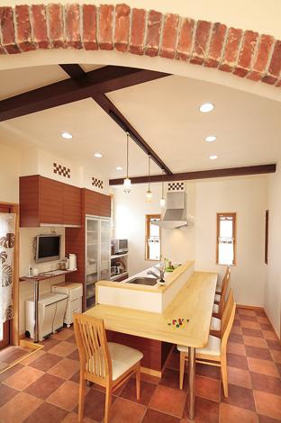 ラインホーム  住勢【子育て、収納力、二世帯住宅】キッチンの床はテラコッタ調のタイル。壁にも同じ市松模様をあしらって統一感を