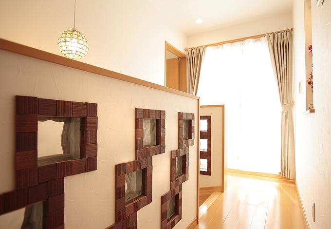 ラインホーム  住勢【子育て、収納力、二世帯住宅】元々は階段の明かり取りにと壁に入れたガラスブロックに手作りの味をプラス。ご主人の要望で何かデザインをということになり、モザイクタイルで囲んで味のある雰囲気に