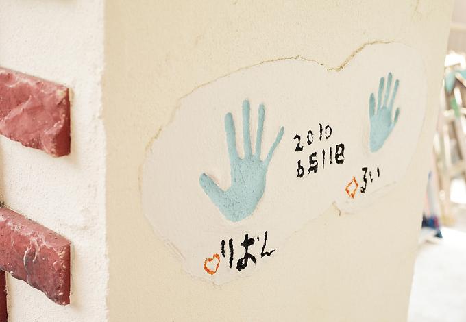 ラインホーム  住勢【子育て、収納力、二世帯住宅】玄関ポーチの柱に子供たちの手形が。いい記念になりそう