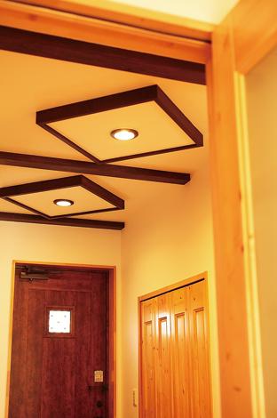 ラインホーム  住勢【子育て、収納力、二世帯住宅】ダウンライトの周囲を木でひし形に囲んだオリジナルのデザイン。普通の照明もアイデアと工夫次第でイメージががらりと変わる。収納力抜群のシューズクロークも備えた