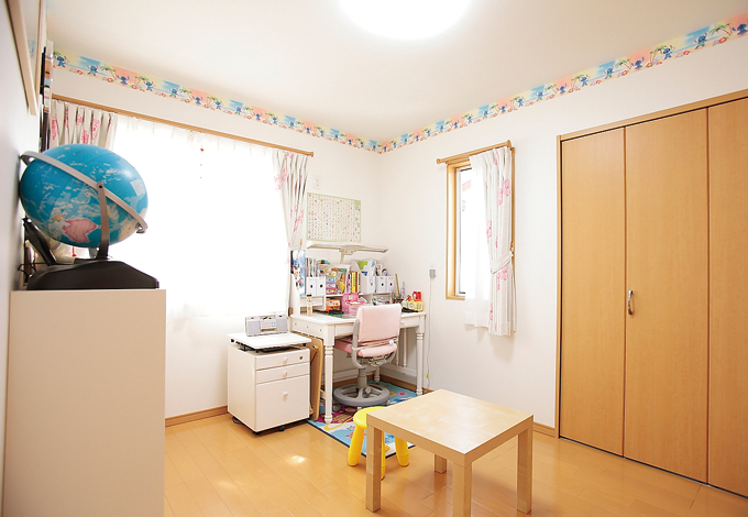 ラインホーム  住勢【子育て、収納力、二世帯住宅】壁の上部に大好きなキャラクターの壁紙を貼った長女の部屋