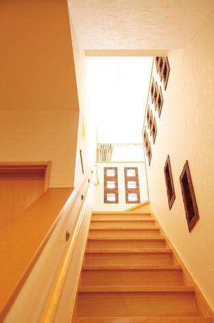 ラインホーム  住勢【子育て、収納力、二世帯住宅】階段下から見たとこ ろ。「やっていくうちにガラスブロックが増えた(笑)」と奥様