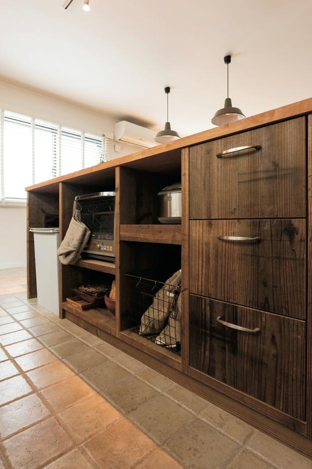 芹工務店【自然素材、省エネ、インテリア】古材を使ったオーダーメイドのキッチンは、大工さんの力作。使い勝手や置くものに合わせて、棚の幅や高さはセンチ単位で調整した